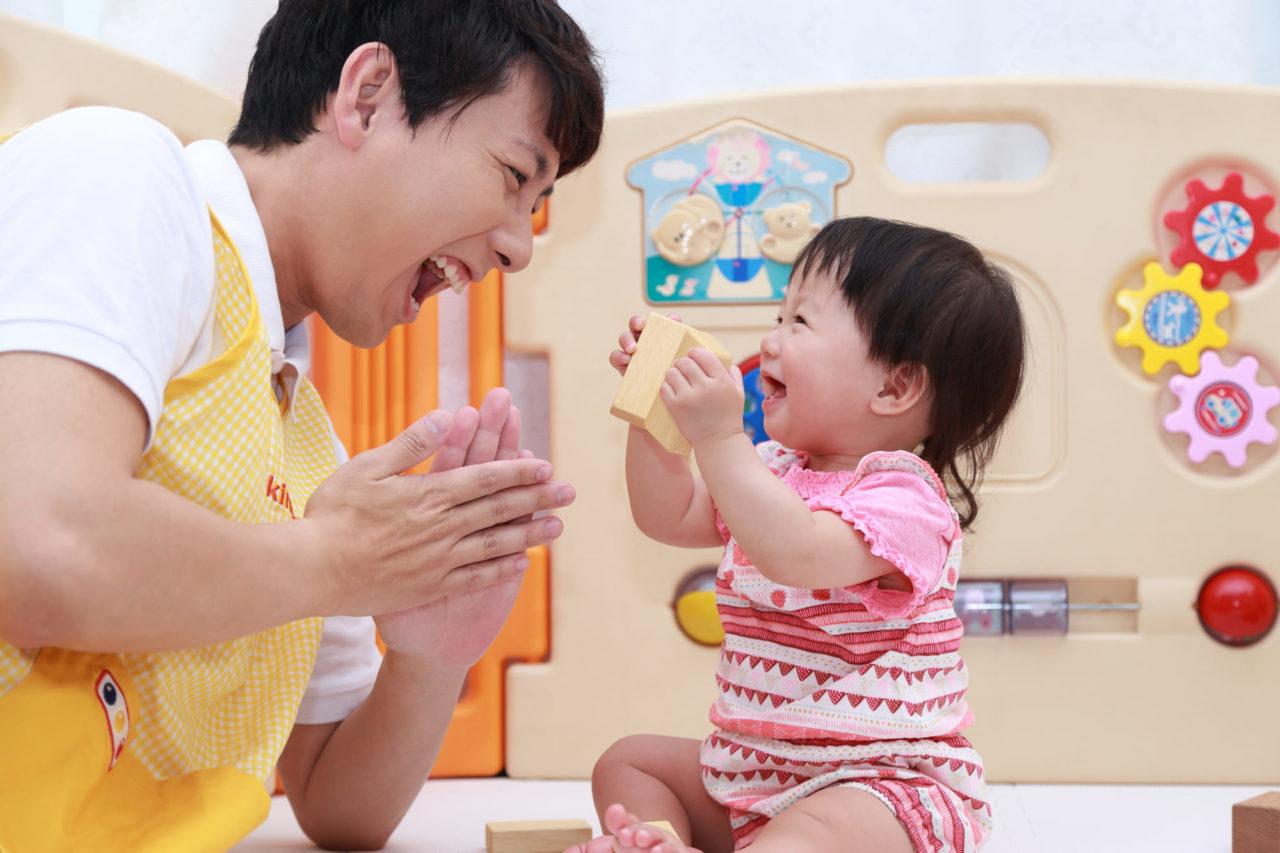 男性保育士と子ども